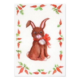 Pequeño conejo de conejito de Brown con la invitac