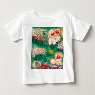 Pequeño cordero que juega en el diseñador de las camisas