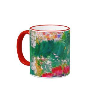 Pequeño cordero que juega en el diseñador de las taza de dos colores