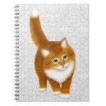 Pequeño cuaderno anaranjado dulce del gatito del T