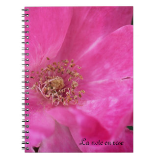 Pequeño cuaderno color de rosa rosado
