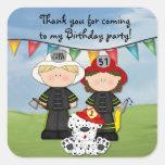 Pequeño cumpleaños del bombero - personalizar calcomanías cuadradases