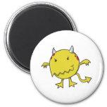 pequeño diablo dentro del amarillo iman