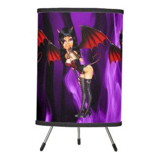 Pequeño diablo en fondo púrpura del fuego lámpara trípode