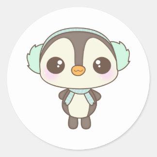 pequeño dibujo animado lindo del pingüino del día etiqueta redonda