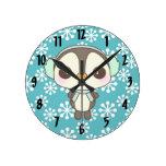 pequeño dibujo animado lindo del pingüino del día  reloj