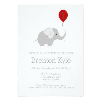 Pequeño elefante con la invitación 2 del