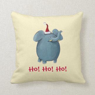 Pequeño elefante lindo del navidad almohada