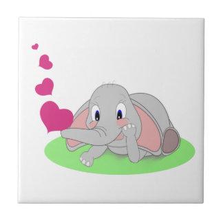 Pequeño elefante que sopla corazones rosados azulejo ceramica