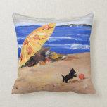 Pequeño escocés que juega en la playa almohada