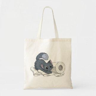 Pequeño gatito en el papel bolsa