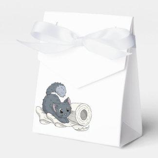 Pequeño gatito en el papel cajas para regalos de fiestas