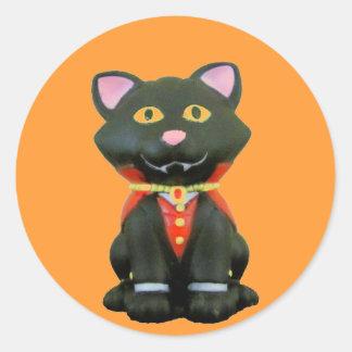 Pequeño gato del vampiro en el naranja pegatina redonda