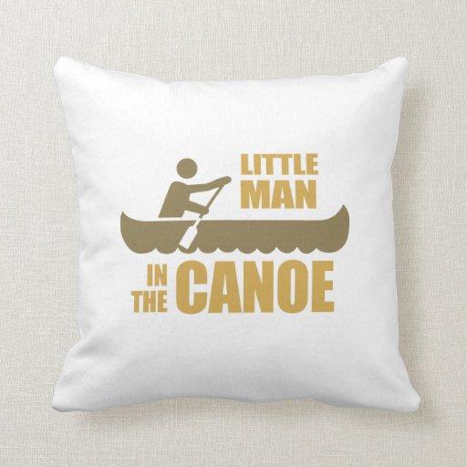 Pequeño hombre en la canoa cojines