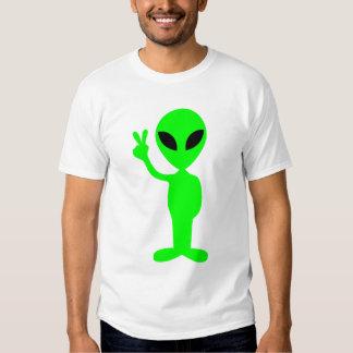 Pequeño hombre verde en la camiseta negra poleras