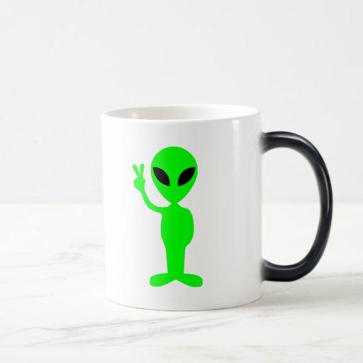 Pequeño hombre verde taza mágica