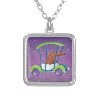Pequeño individuo lindo en coche lindo joyeria personalizada