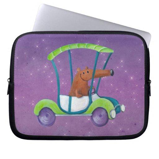 Pequeño individuo lindo en coche lindo manga computadora