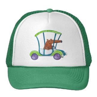 Pequeño individuo lindo en coche lindo gorras de camionero