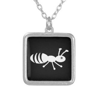 Pequeño insecto lindo collar plateado