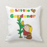 Pequeño jardinero del chica almohada