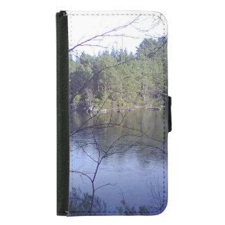 Pequeño lago con los árboles