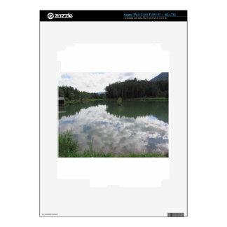 Pequeño lago de la montaña con reflexiones de iPad 3 skin