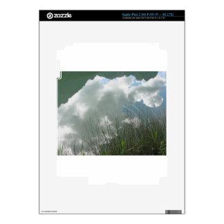 Pequeño lago de la montaña con reflexiones de pegatinas skins para iPad 3