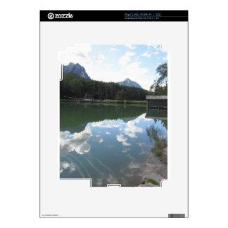 Pequeño lago de la montaña con reflexiones de skins para eliPad 2