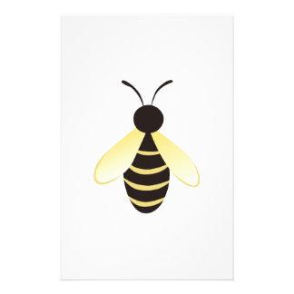 Pequeño manosee la abeja papeleria de diseño
