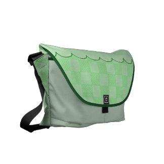 Pequeño modelo verde texturizado del remiendo bolsas messenger