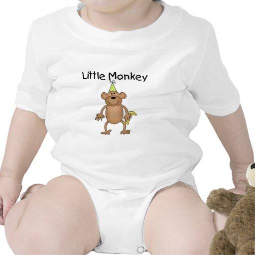 Pequeño mono con las camisetas y los regalos del g
