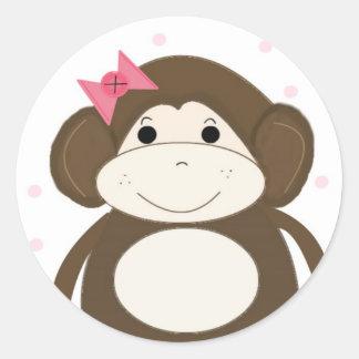 Pequeño mono con una diadema para el pelo rosada pegatina redonda