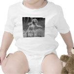 pequeño mono enrrollado camiseta