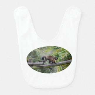 pequeño mono que corre a través de la verja babero para bebé