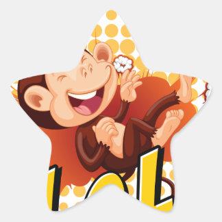 Pequeño mono que ríe en el piso pegatina en forma de estrella
