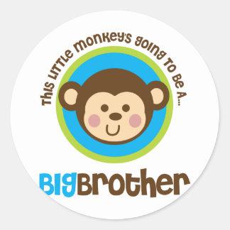 Pequeño mono que va a ser un hermano mayor pegatina redonda