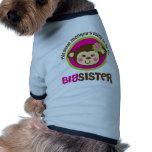 Pequeño mono que va a ser una hermana grande camisetas de perro