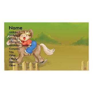 pequeño muchacho oscilante del vaquero que monta tarjetas de visita