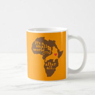 Pequeño mundo de la adopción africana taza clásica