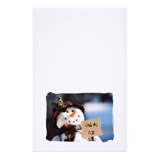 Pequeño muñeco de nieve con la muestra adaptable papeleria de diseño