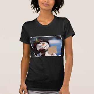 Pequeño muñeco de nieve con la muestra adaptable camisetas