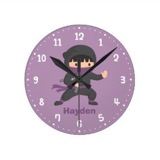 Pequeño Ninja lindo con la decoración del sitio de Reloj Redondo Mediano