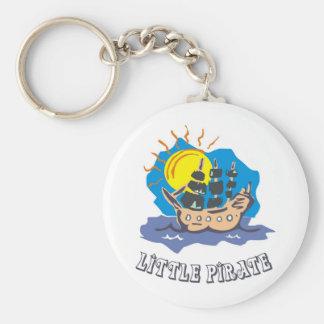Pequeño niño del pirata en un velero en el mar llaveros