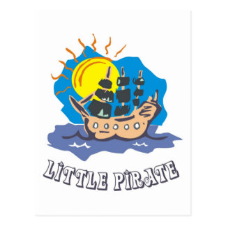 Pequeño niño del pirata en un velero en el mar postales
