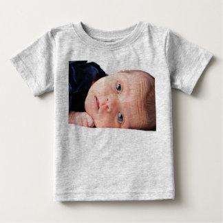 Pequeño niño recién nacido lindo polera