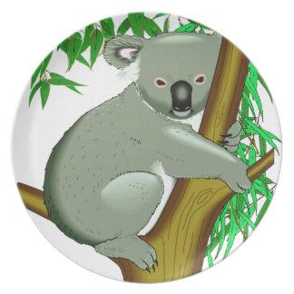 Pequeño oso de koala en un árbol de goma platos para fiestas