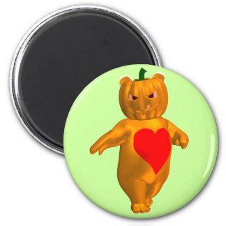 Pequeño oso lindo con la cabeza de la calabaza imán redondo 5 cm