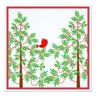 Pequeño pájaro rojo en un fiesta del árbol de invitaciones personales