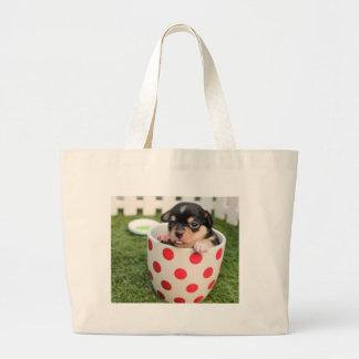 Pequeño perrito en la taza bolsa de tela grande